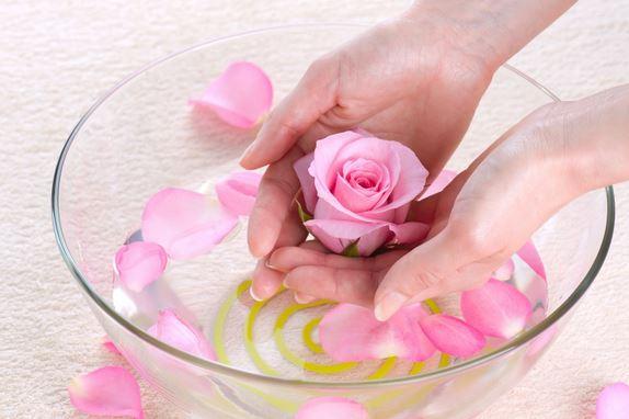 Nước hoa hồng có nhiều ứng dụng trong việc làm đẹp và chăm sóc sức khoẻ