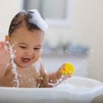 Loại bỏ rôm sảy bằng cách tắm nước dừa cho trẻ