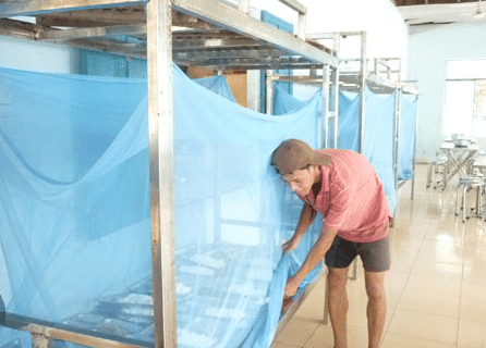 Mắc màn khi ngủ để phòng tránh muỗi đốt
