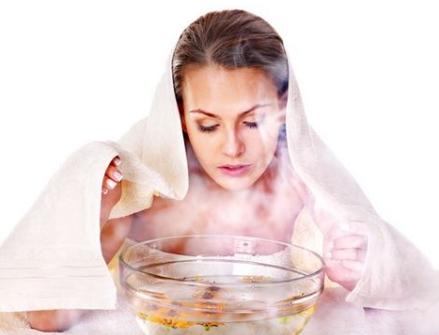Có thể nhỏ vài giọt tinh dầu vào bát nước sôi rồi chùm khăn kín để xông, hiệu quả và tiện dùng hơn khi sử dụng với máy xông mặt
