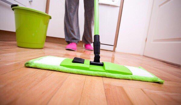 Lau sàn nhà với nước pha tinh dầu tràmLau sàn nhà với nước pha tinh dầu tràm