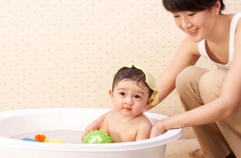 Nhỏ vài giọt tinh dầu tràm vào nước tắm của bé giúp diệt khuẩn, làm ấm cơ thể, ngăn muỗi và côn trùng cắn, giúp bé ngủ ngon hơn