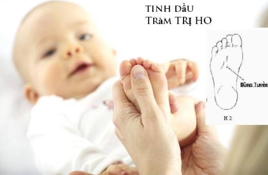 Dùng tinh dầu tràm xoa vào lòng bàn tay, chân, phần lõm dưới cổ giúp trị ho, giữ ấm cơ thể, phòng cảm lạnh cho bé